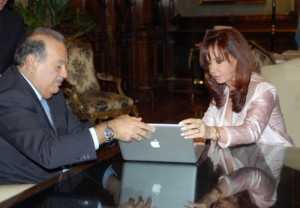 Cristina Fernandez Kirchner and billionaire Mac user Carlos Slim with Apple mac laptop