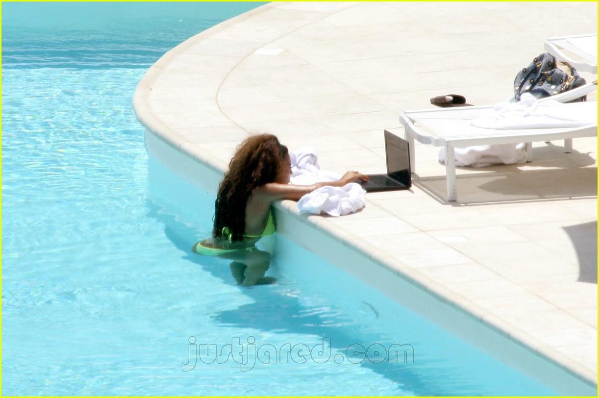 beyonce in bikini using her apple mac laptop in swimming pool obama pacman