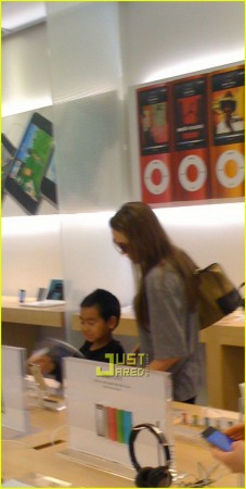 Angelina Jolie Apple Store iPod touch kids