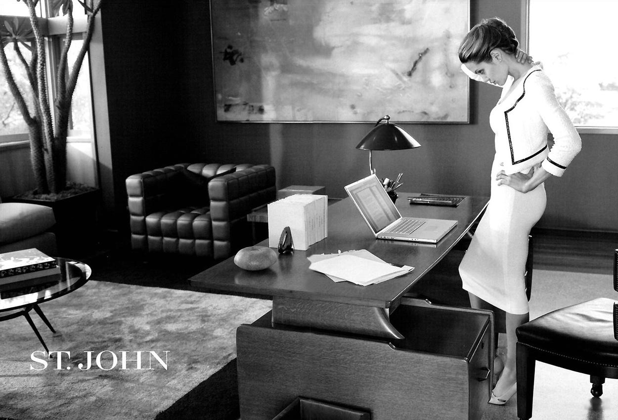 [عکس: Angelina-Jolie-with-Apple-Laptop-Mac-mod...ohn-Ad.jpg]