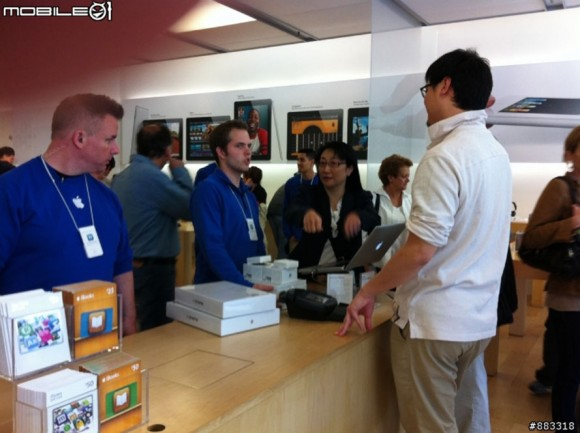 HTC Chairwoman Cher Wang Shops at Palo Alto Apple Store