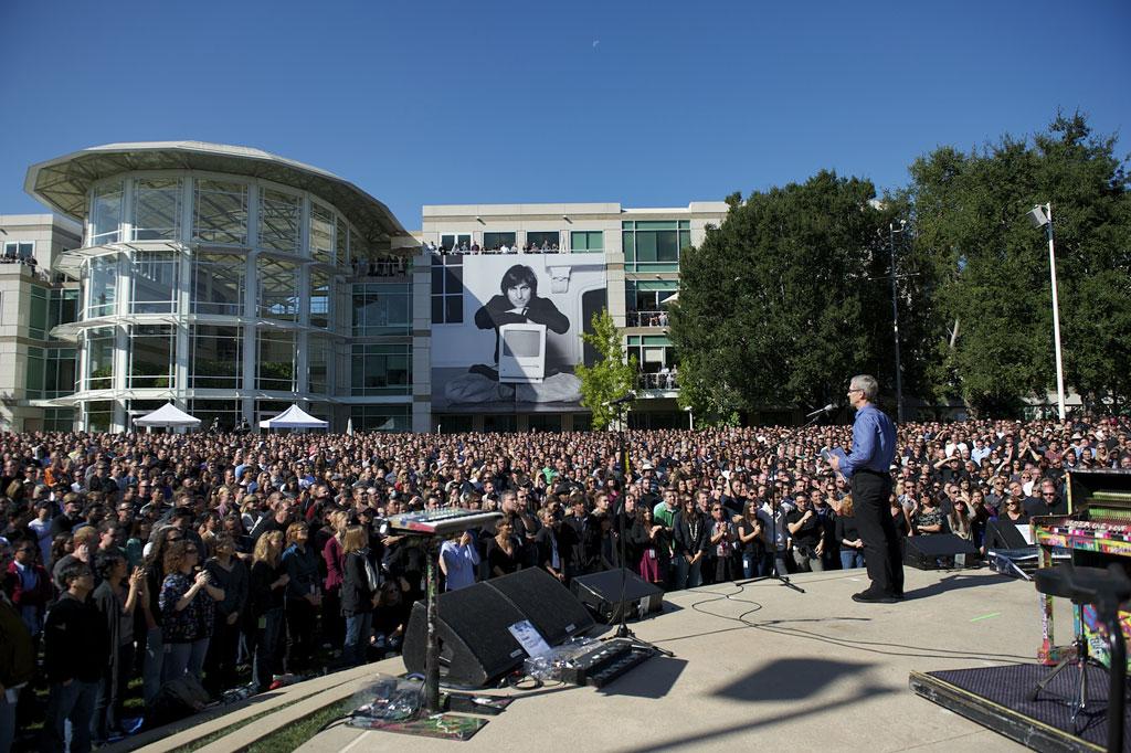 Apple Posts Photo of Steve Jobs Memorial   Obama Pacman